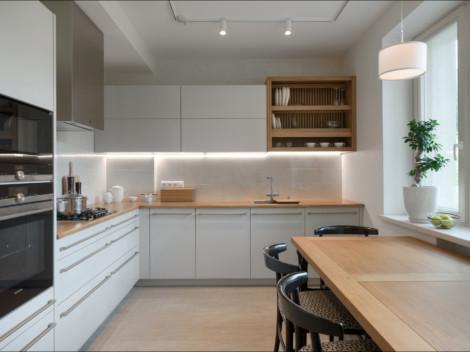 Белая глянцевая кухня со столешницей и сушилкой для посуды из массива дуба
