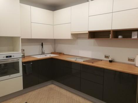 Современная глянцевая кухня в бело-графитовом цвете