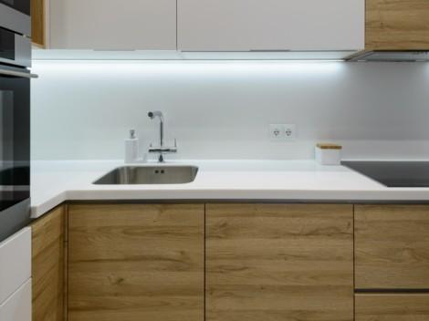 Современная кухня с фасадами белыми матовыми и с текстурой дерева