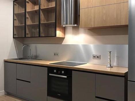 Современная серая кухня с черными ручками Gola и верхними стеклянными фасадами