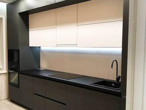 Трехуровневая кухня с контрастными фасадами в графитовом и белом цвете