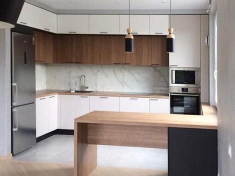 Вместительная трехуровневая кухня с контрастными фасадами