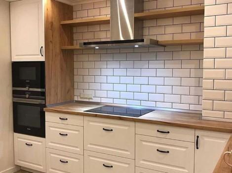 Белая кухня с фрезерованными фасадами в классическом стиле