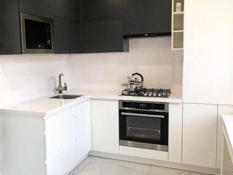 Контрастная кухня с белой глянцевой столешницей