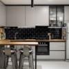Кухня с фасадами в матовой серой эмали и витриной в черном профиле