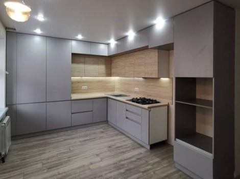 Кухня с комбинированными фасадами серого цвета и фактурой дерева