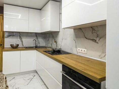 Минималистичная кухня с белыми глянцевыми фасадами 1