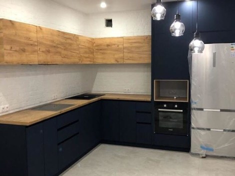 Современная кухня с синими фасадами и текстурой дерева