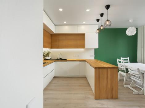 Современная кухня со столешницей из натурального дерева