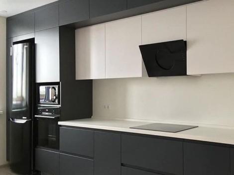 Трехуровневая кухня с контрастными фасадами